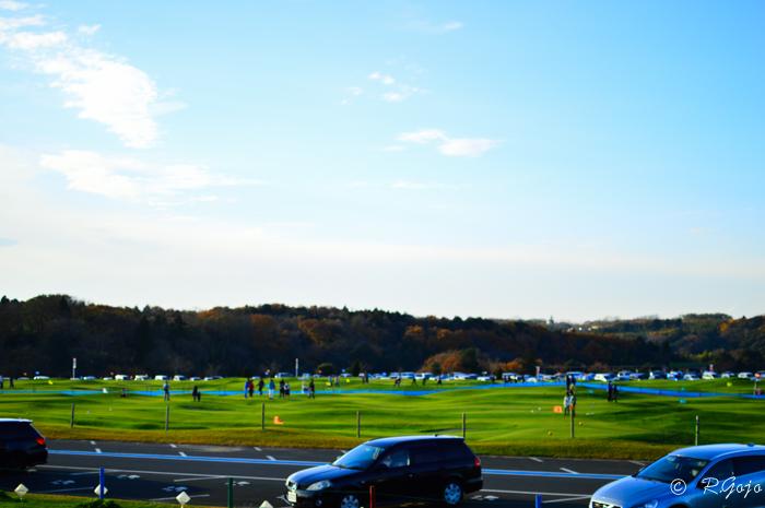 ドイツ村の駐車場と青い空の写真